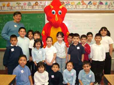 Classroom posing for photo with The People's Choice dinosaur mascot